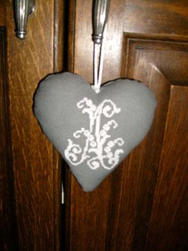 coeur monogrammé au point de croix COM01