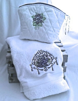 Trousse blanche violettes
