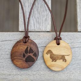 Hundepfote und Dackel Anhänger aus Holz mit verstellbaren Lederband. .