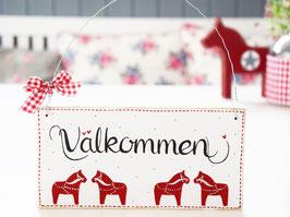 """Holzschild """"Välkommen"""" - weiß, mit kleinen Dalarna-Pferdchen, im schwedischen Landhausstil"""