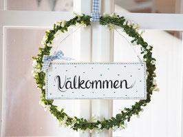 """Blütenkranz """"Inger"""" - mit Holzschild """"Välkommen"""""""