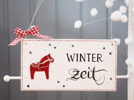 """Holzschild """"Winterzeit"""" - weiß, mit kleinem Dalarna-Pferdchen"""