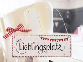 """Holzschild """"Jeppe"""" - *Lieblingsplatz* - weiß, mit roter Wimpelkette, im skandinavischen Landhausstil"""
