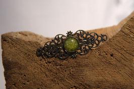 Brosche aus Antikmessing mit einem grünen Hingucker