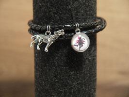 Rotkäppchen als Scherenschnitt mit einem Wolf am geflochtenen schwarzen Lederarmband