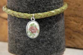 Porzellanscheibe Rose an grünem Lederarmband