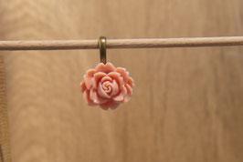 Rosenanhänger mit altrosafarbener Rose,  Antikmessing