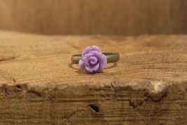 Schmaler Ring mit fliederfarbenen Rose, Antikmessing