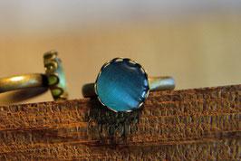 Ring mit Kronenfassung und einer Glaskuppel in Azurblau