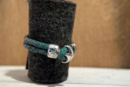 Grünes Lederband mit Naturkanten, doppelreihig mit Anker als Knebelverschluss