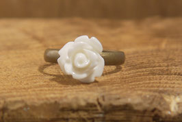 Schmaler Ring mit weißer Rose, Antikmessing