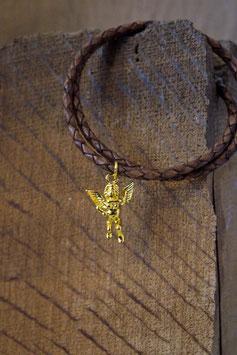 Diese Schutzengel gibt acht! Sehr liebevoll gearbeiter Engel, Antiksilber, vergoldet an mittelbraunem Lederband