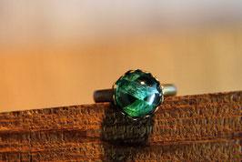 Ring mit Kronenfassung und einer Glaskuppel in Smaragdoptik