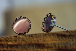 Ohrstecker mit Kronenfassung und rosafarbenen Glas in Antikmessing
