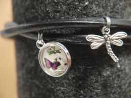 Armband mit Schmetterlingsbild und Libellenanhänger an schlicht, schwarzem Leder