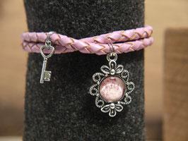 Romatisches Armband mit altrosafarbenden Lederband, Blumenbild und kleinem Schlüssel