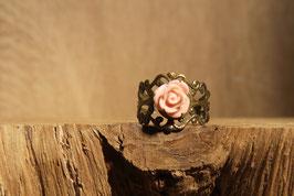 Offener Ring mit altrosafarbender Rose, Antikmessing