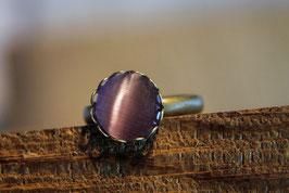 Ring mit Kronenfassung und einer rosafarbenen Glaskuppel