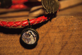 Schneewittchen, mit Bild von Urs Lefler und einem Tellerchen am geflochtenen rotem Lederarmband