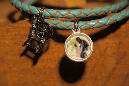 Dornröschen mit Bild von Urs Lefler mit einem Anhänger am geflochtenen blauem Lederarmband