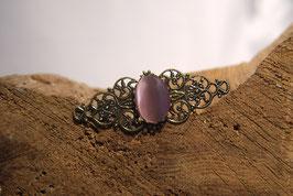 Brosche aus Antikmessing mit rosafarbenen Glascabochon