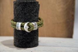 Olivgrünes Lederband mit Naturkanten, doppelreihig mit Anker als Knebelverschluss