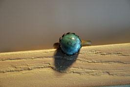 Ring mit Kronenfassung und einer Glaskuppel in Türkisoptik