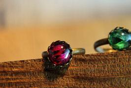 Ring mit Kronenfassung und einer Glaskuppel in Rubinoptik