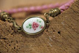 Emaillescheibe mit Rose an pinkem Lederarmband