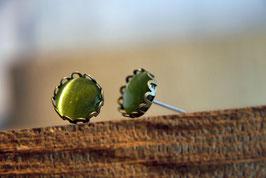 Ohrstecker mit Kronenfassung und olivefarbenen Glas in Antikmessing