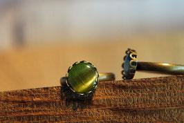 Ring mit Kronenfassung und einer Glaskuppel in Olivegrün