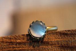 Ring mit Kronenfassung und einer Glaskuppel in Perlmuttoptik