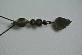 Halskette mit Blatt-Prägung (Oliv mit Goldpigment)