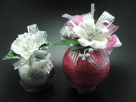 Weihnachtskugeln gefüllt mit hausgemachten Pralinen
