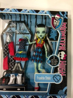 MUÑECA FRANKIE MONSTER HIGH + 3 CONJUNTOS