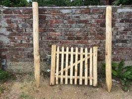 75 cm hohes und 80 cm breites Tor aus Kastanienholz, links aufgehängt, fertig montiert mit den 150 cm langen Setzpfosten
