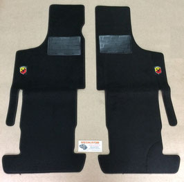 KIT TAPPETINI IN MOQUETTE DI COLORE NERO CON BORDO NERO E  LOGO ABARTH  500 TT  126  TT