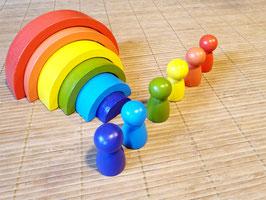Regenbogenblöcke mit Holzfiguren