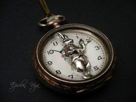 Curiosité lapin blanc dans montre en argent massif
