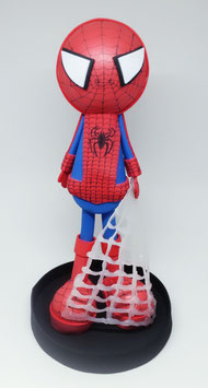 Garçon déguisé en Spider-Man