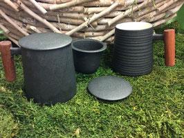 Designer Porzellan-Tasse mit Rosenholzgriff Dekore morbide Lasurprägung anthrazit gewellt oder gerillt