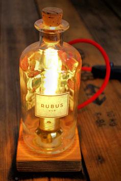 Tischleuchte aus Rubus-Gin-Flasche