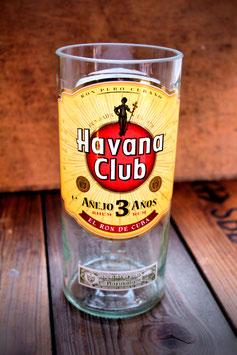 Großes Glas aus Rumflasche mit Etikett