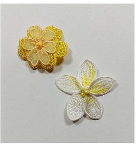 Gelb-weiße Designer Sticker in Blümchenform, bis 4 cm groß, 2-er Set