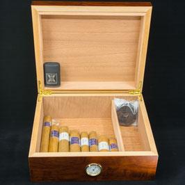 Humidor mit Zigarren und Feuerzeug