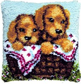 2 Puppies in mand knoopborduurkussen