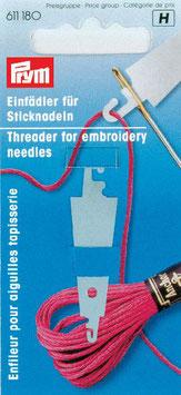 Draaddoorhaler van metaal voor naalden met een groter oog.