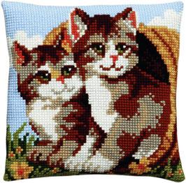 2 Kittens in een rieten mand kruissteek borduurkussen
