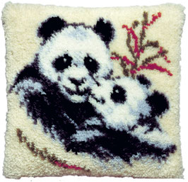 Panda met jong knoopborduurkussen
