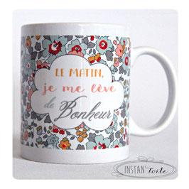 """MUG """"Le matin, je me lève de bonheur"""" en liberty betsy porcelaine"""